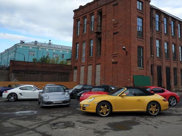 Три десятка классических Porsche пронеслись по Петербургу