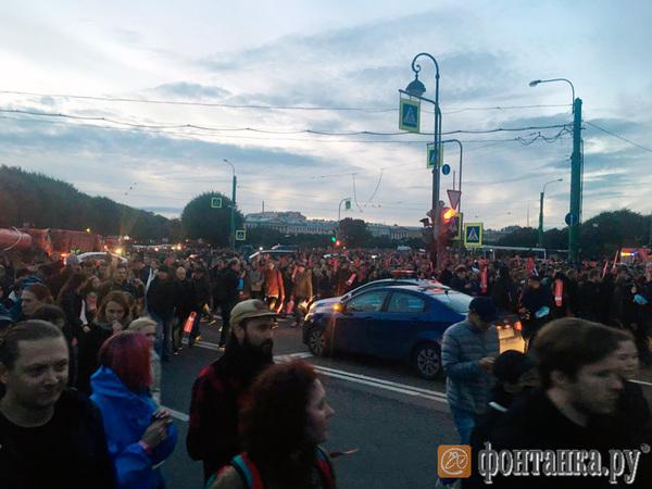 Толпа митингующих уходит с Марсова поля, полиция никого не задерживает