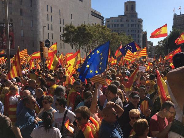 Против независимости Каталонии в Барселоне выступили десятки тысяч человек