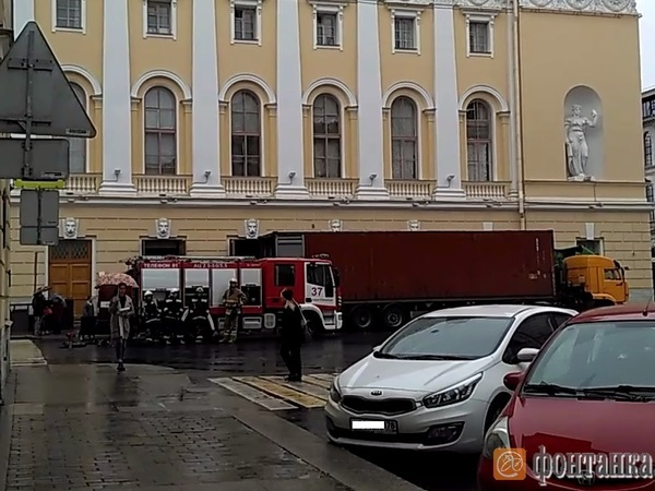 Комитеты Смольного эвакуируют из-за угрозы взрыва