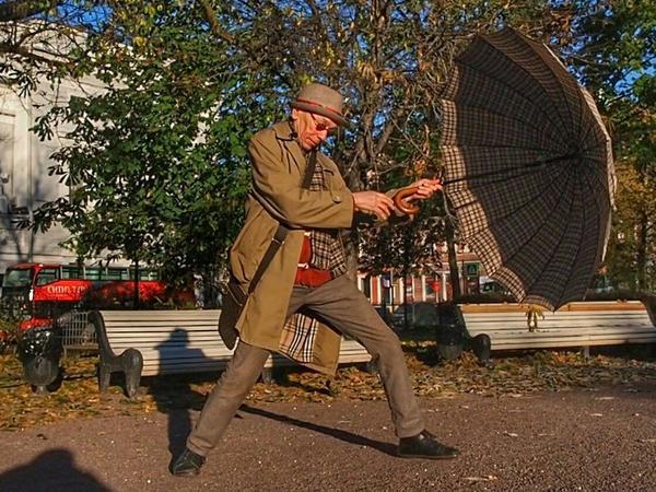Анвар Либабов высушил свой зонт под ноябрьским солнцем