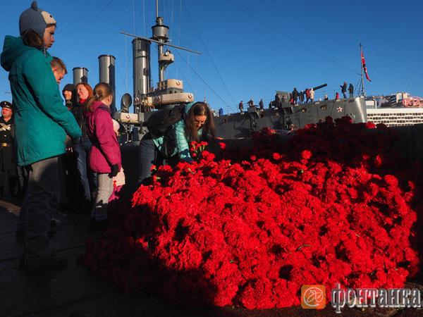 Сталинисты принесли к «Авроре» 7 тысяч гвоздик