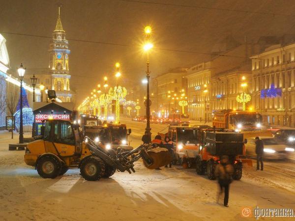 Почти 7 тысяч дворников чистят дворы после снегопада в Петербурге