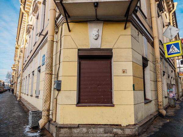 В Петербурге художник развешивает на дома маскароны-автопортреты