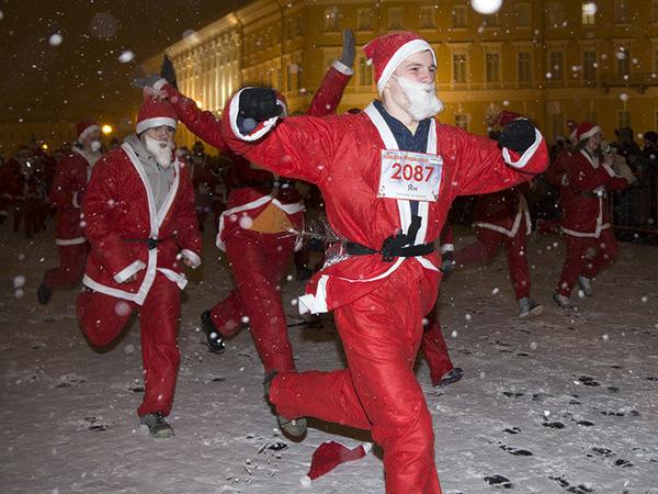 Деды Морозы пробежали по Петербургу, некоторые частично нагишом