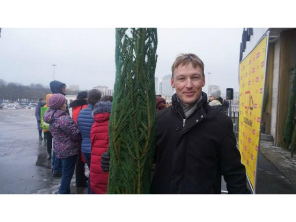 Газелькин подарил ёлки жителям двух столиц