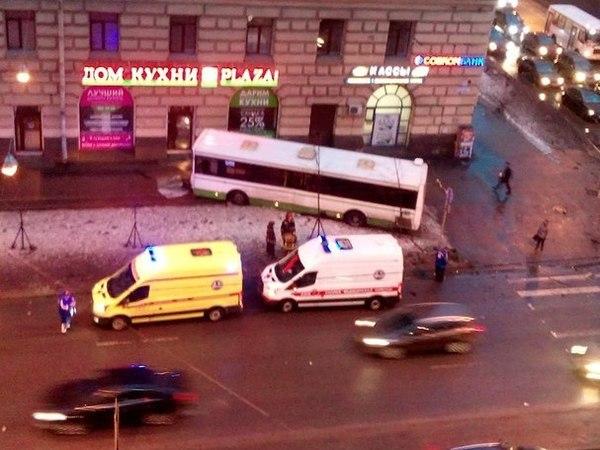 На Стачек при столкновении с маршруткой автобус вылетел на тротуар