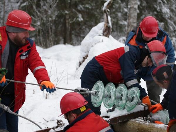Энергетики в Карелии полмесяца работают круглосуточно, снег и ветер продолжают обрывать провода