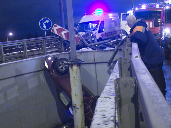 Автомобиль упал с развязки Шафировского и Индустриального