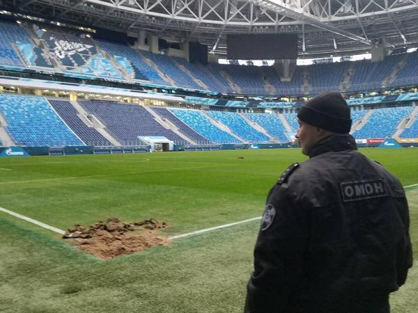 Стадион на Крестовском вспахали в поисках бомбы