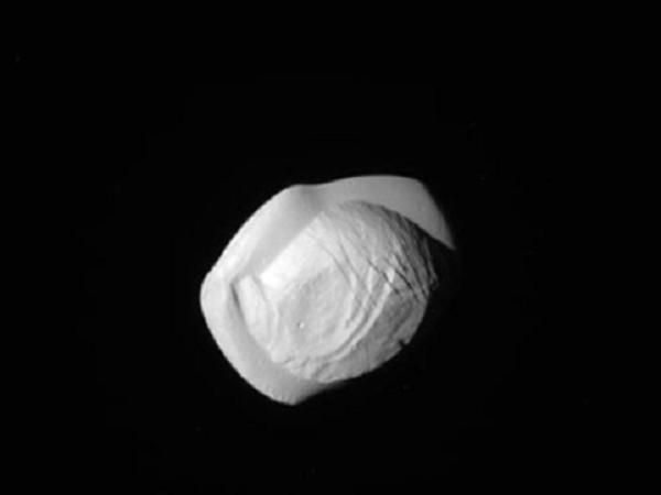 Космический пельмень: В Сети появились снимки спутника Сатурна