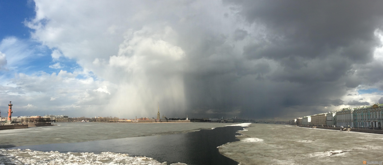 Погода разделила небо над Петербургом на темную и светлую сторону (Иллюстрация 1 из 3) (Фото: Михаил Огнев)