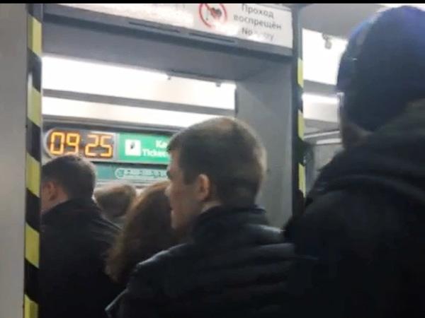 После тотальной проверки прокуратуры в метро Петербурга включили металлодетекторы
