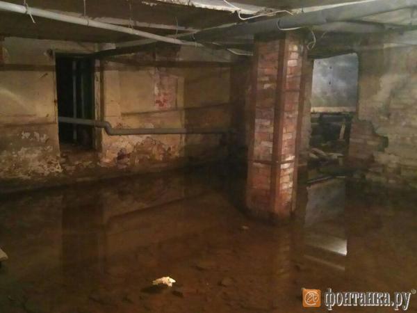 Подвал доходного дома Шрейбера на Фурштатской затоплен шестые сутки