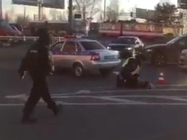 Полицейский наручниками спас женщину от кипятка на Энгельса