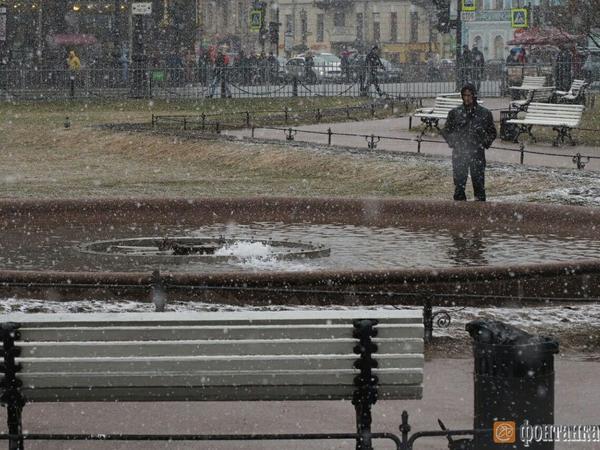 Фонтан у Казанского собора забил в снегопад