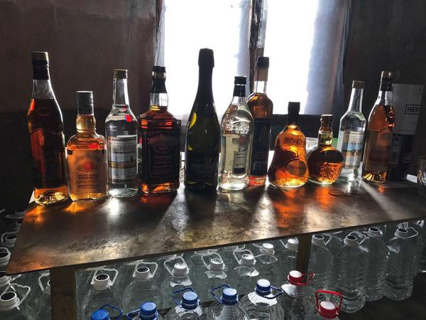 ФСБ вывезла тонны алкоголя с тайного склада петербургских бутлегеров
