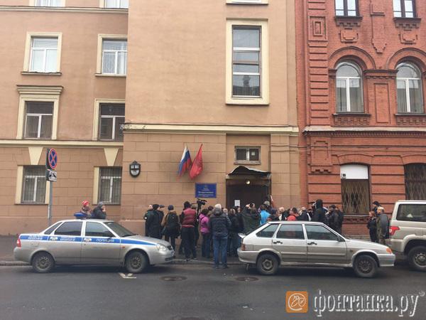 """Недовольных не пускают в отдел полиции на Чехова, где сидит организатор """"свободного шествия"""""""