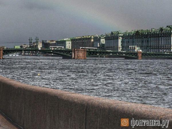 В Петербурге - снег, дождь, солнце и радуга. Одновременно