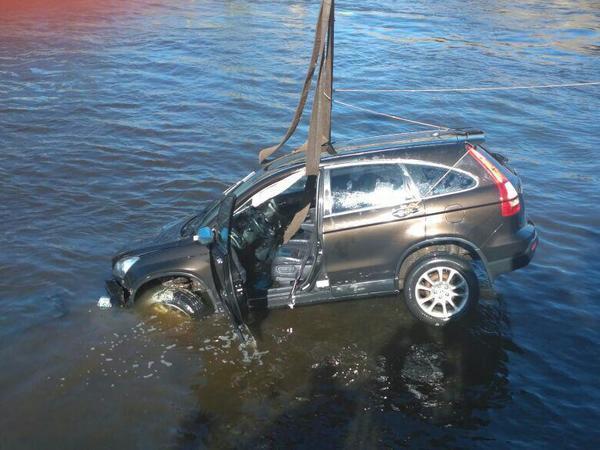 Машина упала в Фонтанку из-за путаницы в педалях