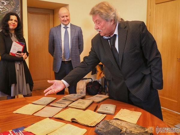 «Фонтанка» передала портфель Юры Капустина Музею истории Санкт-Петербурга
