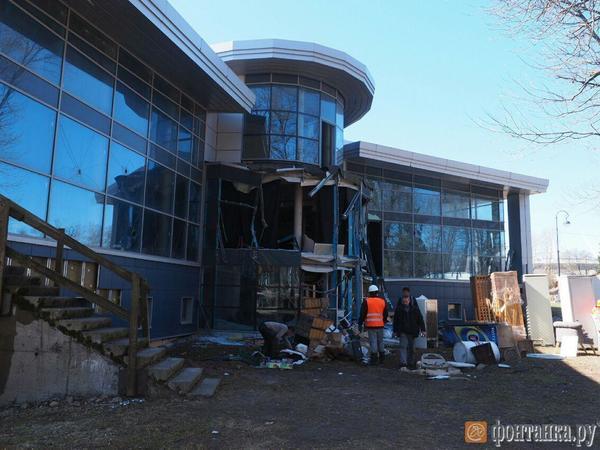 На Крестовском острове начали сносить здание с предпринимателем внутри