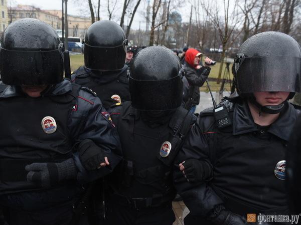 На акции в Петербурге начались первые задержания