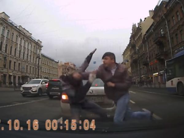 На Невском автомобилисты дрались среди едущих машин