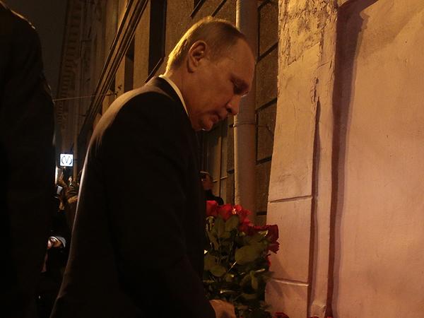 """Путин приехал к стихийному мемориалу на """"Техноложке"""",  а потом отправился на Литейный"""