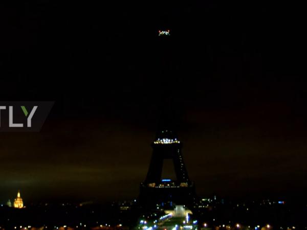 Подсветка Эйфелевой башни погасла в знак траура по погибшим в Петербурге