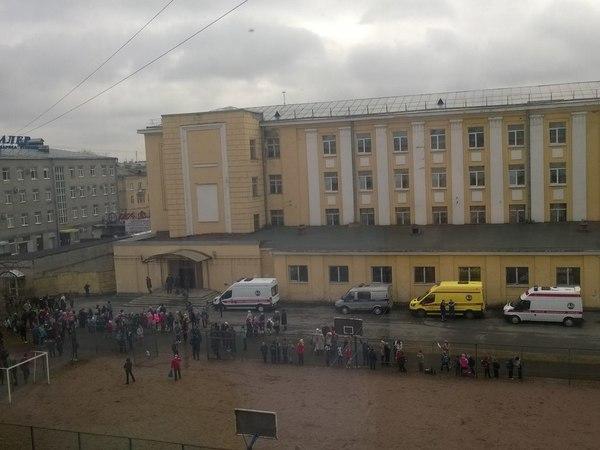 Очевидцы: В Кировском районе эвакуируют школу и детсад, пахнет газом