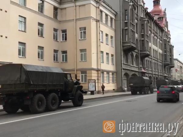 Горожан испугала военная техника в центре Петербурга