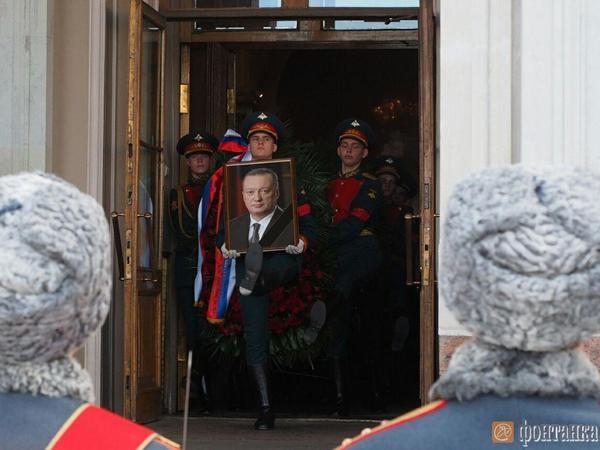 Вадима Тюльпанова похоронили на Новодевичьем кладбище в Петербурге