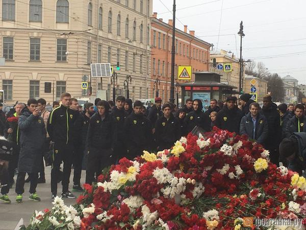 Футболисты «Анжи» приехали к «Технологическому институту» почтить память жертв теракта