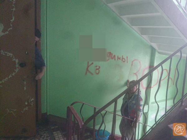 Полиция ищет коллекторов, заливших монтажной пеной двери дома в Невском районе