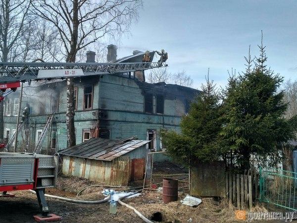 Частный дом в Левашово тушили полсотни пожарных