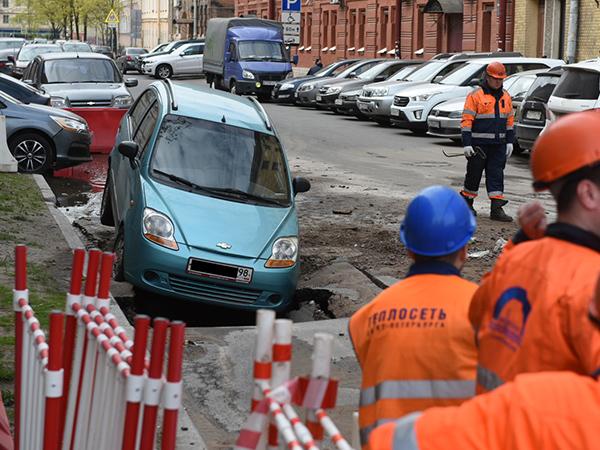 В переулке Макаренко автомобиль провалился в яму в асфальте