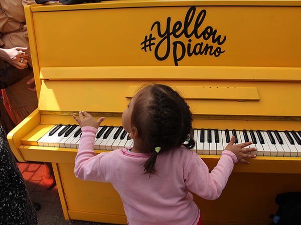 Под цветными зонтиками «поселилось» желтое пианино