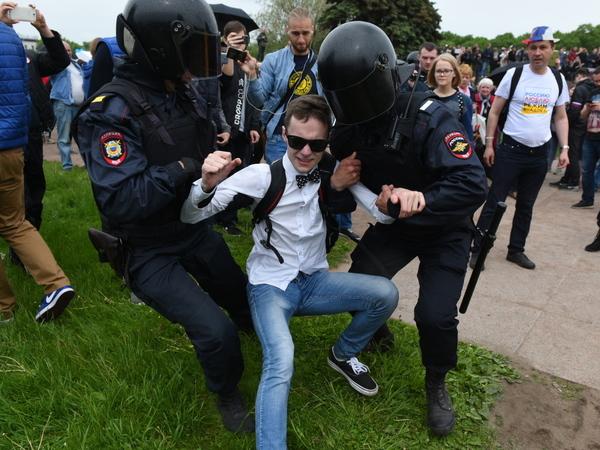 Более 500 человек задержано на протестах в Петербурге