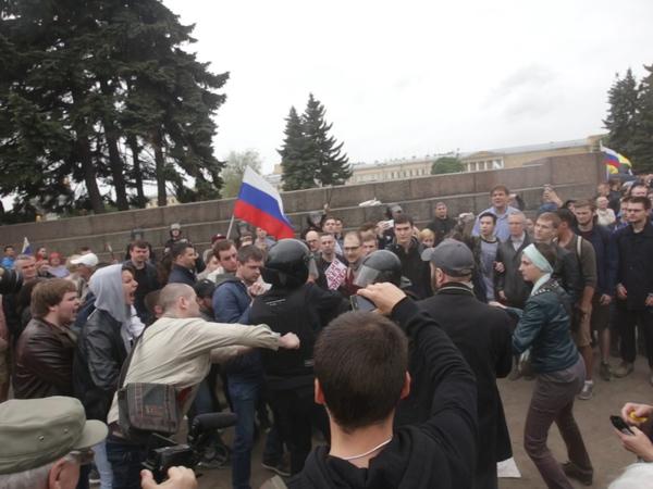 Полиция изучает видео нападения на сотрудника в Петербурге