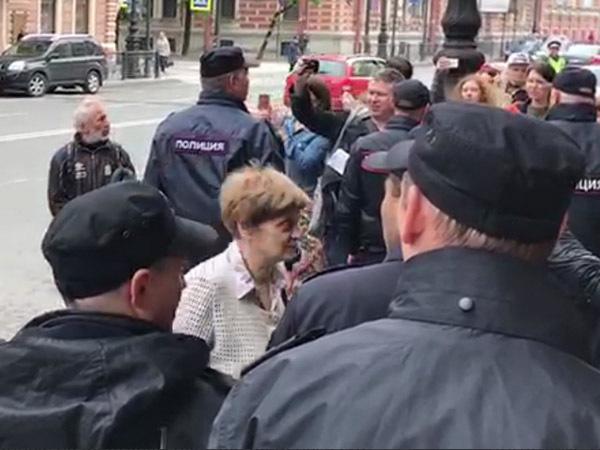 71-летняя участница протеста на Марсовом доставлена в суд под усиленной охраной