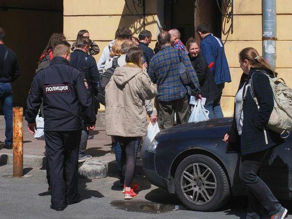 Арестованных за митинг привезли в спецприемник на Захарьевской