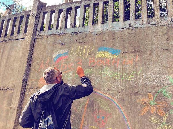 Антивоенные детские рисунки украсили забор части ВДВ в Пскове