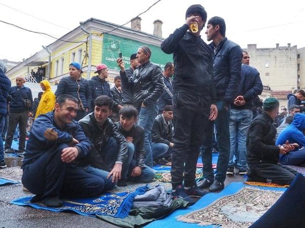 Мусульмане Петербурга завершили пост под дождем