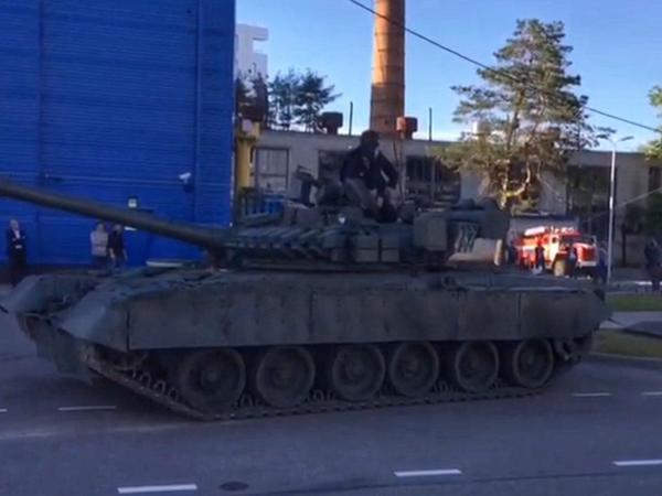 На Климова танк Т-80 сорвал покрывало с памятника своему конструктору