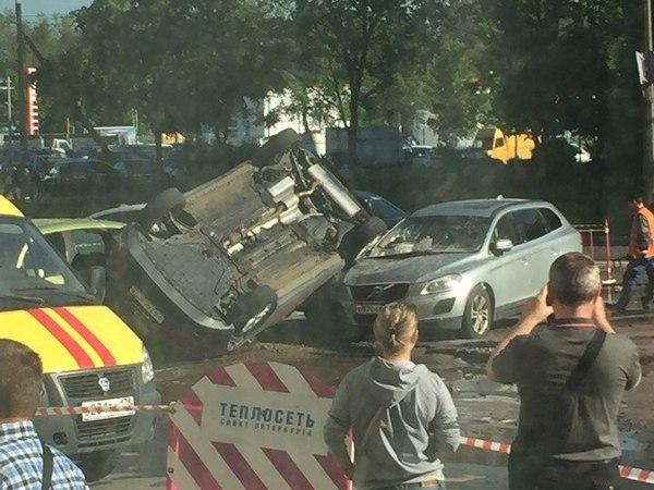 На Маршала Захарова струей воды из дефектной трубы перевернуло автомобиль