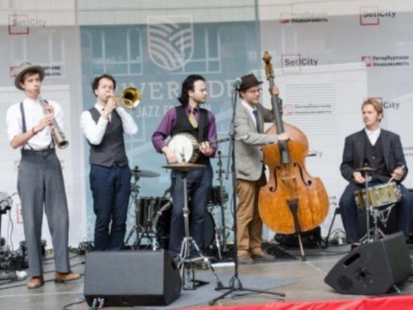 Billy's Band открыли фонтан в квартале высокого класса «Riverside»