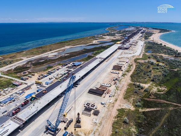 На Крымском мосту начали класть первый асфальт