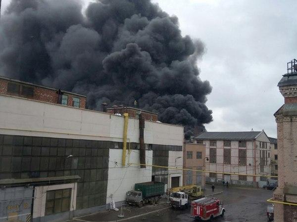 На Кировском заводе горит цех по производству тракторов