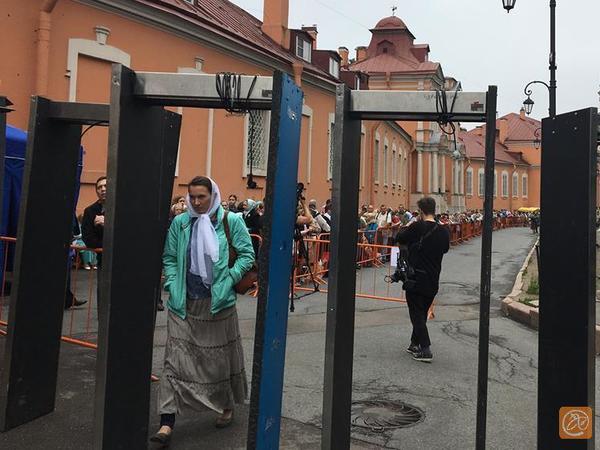 В Александро-Невской лавре верующие всю ночь ждали прибытия мощей Николая Чудотворца